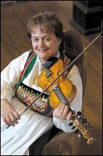 Een plays classic Hardanger fiddle